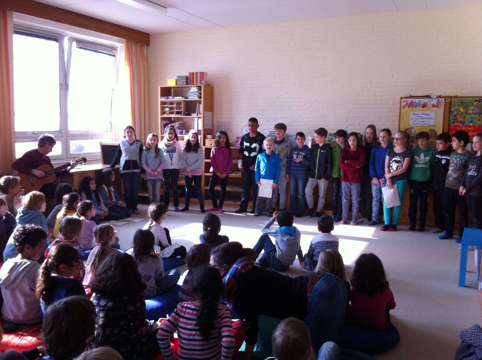 """Klasse 4b präsentiert eigene literaische Texte zum Lied """"Astronaut"""""""